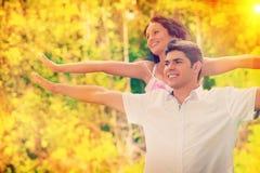 Männer und Frau, die instagram Zauntrittfarben spielen Stockfotografie