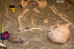 Människan återstår i sand 2 Arkivfoton