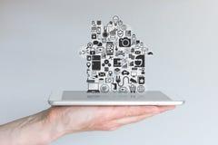Männliche Hand, die Tablet-Computer hält Konzept der intelligenten Hausautomation und des Mobile-Computings Lizenzfreie Stockbilder