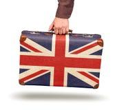 Männliche Hand, die Weinlese Union Jack-Koffer hält Lizenzfreies Stockfoto