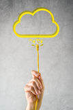 Männliche Hand mit LAN-Kabel schloss an Wolkenservice an Stockfoto