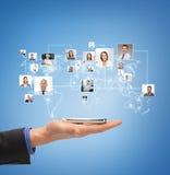 Männliche Hand mit Smartphone über Ikonen von Kontakten Stockbilder