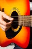 Männliche Hände, die oben Akustikgitarre, Abschluss spielen Lizenzfreie Stockfotos