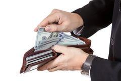 Männliche Hände, zum des Geldes von ihrem Geldbeutel zu erhalten Stockfotografie
