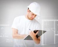 Männlicher Architekt, der Plan betrachtet Stockbilder