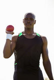 Männlicher Athlet, der Kugelstoßenball hält Lizenzfreie Stockfotos