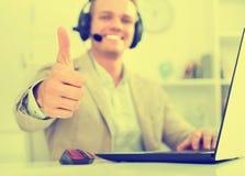 Männlicher Betreiber des Call-Centers, der mit Kunden spricht Lizenzfreie Stockfotos