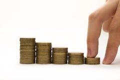 Männlicher Fingerweg auf Münzentreppe Lizenzfreie Stockfotos
