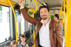 Männlicher Fluggast in einem Bus Stockfoto