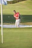 Männlicher Golfspieler, der Bunker-Schuß spielt Stockfotografie