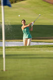 Männlicher Golfspieler, der Bunker-Schuß spielt Stockbild