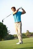 Männlicher Golfspieler, der weg auf Golfplatz abzweigt Lizenzfreies Stockbild