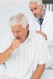 Männlicher älterer Patient, der einen Doktor besucht Stockbilder