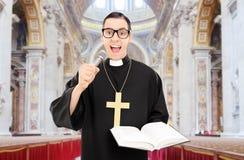 Männlicher Priester, der ein Gebet in der Kirche liest Stockbilder