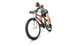 Männlicher Radfahrer, der eine Mountainbike reitet Lizenzfreies Stockfoto