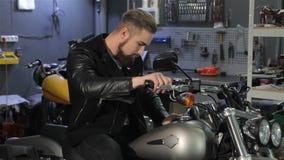Männlicher Radfahrer, der seine Hände auf Motorradlenkstange hält stock footage