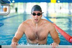 Männlicher Schwimmer, der zur Konkurrenz fertig wird Lizenzfreie Stockbilder