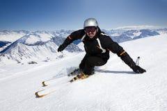 Männlicher Skifahrer mit Mountain View Lizenzfreie Stockfotografie