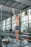Männlicher Turner, der Handstand auf Barren durchführt Stockbild