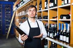 Männlicher Verkäufer in der Weinhandlung Lizenzfreie Stockbilder
