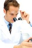 Männlicher Wissenschaftler, der in einem Labor arbeitet Stockbilder