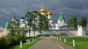 Männliches Ipatievsky-Kloster am bewölkten Tag stock footage