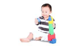 Männliches Kleinkind, das mit Spielwaren spielt Lizenzfreies Stockbild