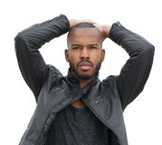Männliches Mode-Modell, das in der schwarzen Lederjacke aufwirft Lizenzfreie Stockbilder