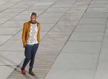 Männliches Mode-Modell des Afroamerikaners, das draußen geht Lizenzfreie Stockfotos