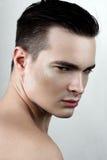 Männliches Modell der Mode mit Tropfen auf Gesicht Stockfotos