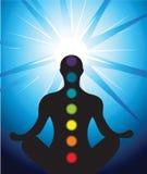 Männliches Schattenbild, das mit chakra meditiert Stockfoto