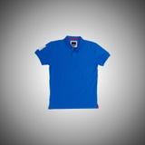 Männliches T-Shirt gegen den Steigungshintergrund Lizenzfreie Stockbilder