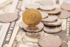 Münzen auf Banknoten Stockfoto
