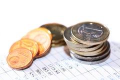 Münzen auf Liste Stockfoto