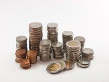 Münzenstapel u. x28; Baht& x29; im weißen Hintergrund Stockfotografie
