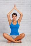 A moça é contratada na ioga Foto de Stock