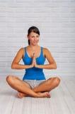 A moça é contratada na ioga Fotografia de Stock Royalty Free