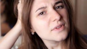 A moça é muito virada pela posição do cabelo Penteado mau, restauração do cabelo vídeos de arquivo