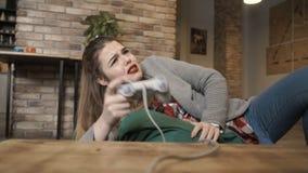 A moça é virada após a falha no jogo de vídeo filme