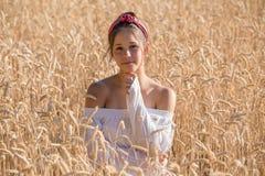 Moça adorável no campo de trigo dourado fotografia de stock royalty free
