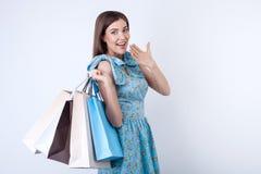A moça alegre é comprar muito Fotografia de Stock