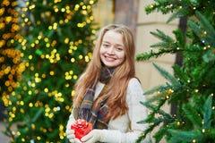 Moça alegre com pouca caixa atual Fotos de Stock Royalty Free