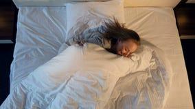 Moça alegre que salta na cama vídeos de arquivo