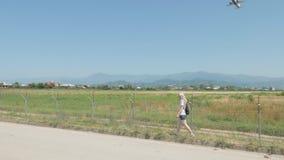 A moça anda ao longo da cerca farpada do aeroporto Batumi, Geórgia video estoque