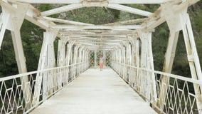 A moça anda na ponte de suspensão - Geórgia vídeos de arquivo