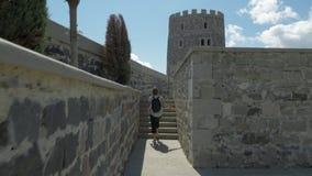 A moça anda no castelo de Rabati - Geórgia video estoque