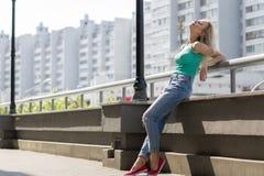 A moça aprecia andar na cidade Cópia do espaço Imagem de Stock