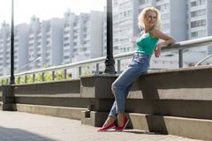 A moça aprecia andar na cidade Cópia do espaço Fotografia de Stock