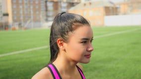 A moça asiática atlética está correndo no estádio Aptidão, conceito dos esportes vídeos de arquivo