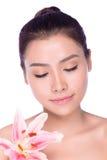 Moça asiática que aplica a composição com espelho Fotos de Stock Royalty Free